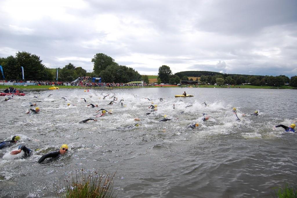 1280px-Weiswampach_triathlon_2007_men_swimming_start